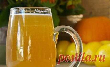 КВАС ИЗ ЛИМОНОВ  Этот напиток можно готовить из различных фруктов и ягод, обладающих ярким вкусом и ароматом. Квас из лимонов — приятный легкий шипучий напиток, который немного напоминает лимонад.   Для приготовления этого рецепта на 3-литровую банку кваса потребуется взять:  Лимон — 3 шт Вода- 3 л Белый изюм — 1/2 стакана Сахар — 2 стакана Дрожжи сухие — 20 г  Лимоны нужно помыть и нарезать на несколько частей прямо с кожурой. Можно ее снять, но с кожурой квас получится е...