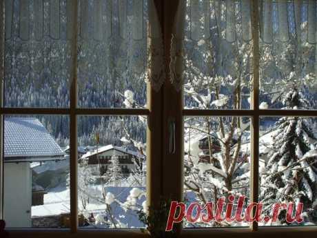 По душе ходило веселым ветром самое прекрасное и душистое на свете слово - « Рождество ». Оно пахло вьюгой и колючими хвойными лапками.  Василий Акимович Никифоров-Волгин
