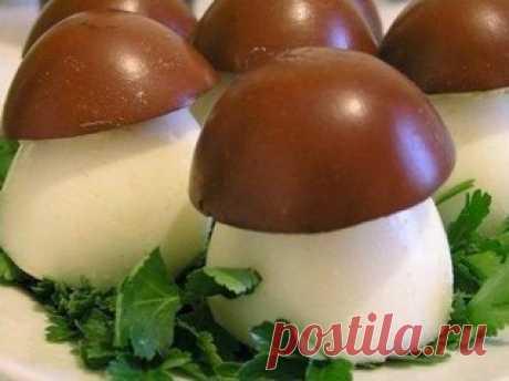 """Закуска """"Грибочки-боровички""""   Ингредиенты:  -вареные яйца  -баночка печени трески (можно и шпроты использовать запросто, но с печенью нежнее получается)  Показать полностью…"""