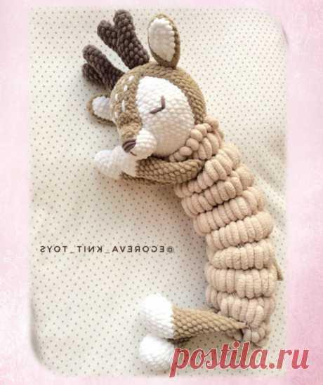 Вяжем пижамницу в виде олененка крючком из плюшевой пряжи Вяжем пижамницу олененка крючком по схеме от автора Егоревой Елены (@egoreva_knit_toys). Вяжется пижамница крючком 3.5 из пряжи Himalaya Dolphin Baby и