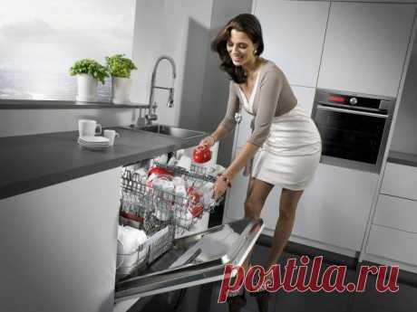 Чистка посудомоечной машины Как и любая бытовая техника, посудомоечная машина является хорошим помощником на кухне. Ведь благодаря ей мы не только экономим время, но и расход воды. Но при постоянной эксплуатации ее необходимо регулярно чистить. Полную чистку машины рекомендуют проводить раз в полгода, а в остальное время вы должны проводить частичную чистку.