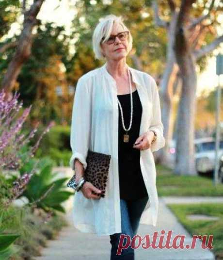 Мода для женщин за 50 — тенденции 2018 года  Предлагаем разобраться в том, что должно быть в гардеробе женщины, перешагнувшей 50-ти летний рубеж. Классические брюки Выбирая вещи для базового гардероба, не забывайте о черных брюках. Они подходят…