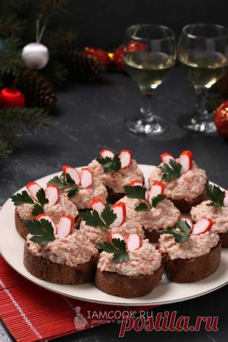 Бутерброды с крабовыми палочками и фасолью — рецепт с фото, шаг за шагом. Необычный вариант бутербродов из крабовых палочек с фасолью - очень сытный и вкусный. #рецепт #рецепты #бутерброды #бутербродики #закуска #закусочка #закуски #еда #новыйгод #новыйгод2019 #новогоднееменю #новогодниезакуски