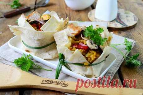 Паэлья в лаваше. Паэлья – это одно из самых популярных испанских блюд. Вариантов и рецептов приготовления этой закуски существует огромное количество, но главным ингредиентом во всех рецептах является, конечно, рис.