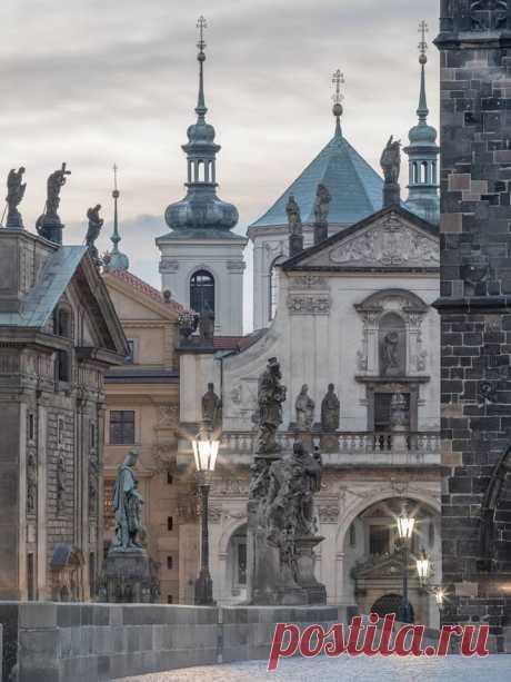 Ranní pohled na Křížovnické náměstí z Karlova mostu...   Pražský Fotograf \/ Jiří Pí š a - la Publicación