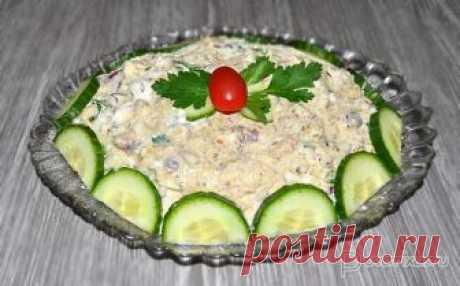 Салат с рыбными консервами, рисом и огурцом В привычный для салата с рыбными консервами перечень продуктов добавлен свежий огурец, заправка тоже необычная, пикантная. Вкус салата «звучит» по-новому.