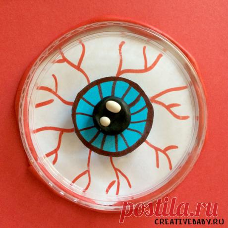 """Объемная поделка """"Злой глаз"""" из пластилина и крышки от сметаны Эта необычная поделка отлично подойдет для праздника Хеллоуин. Объёмный злой глаз можно оформить в качестве открытки или использовать как элемент в"""