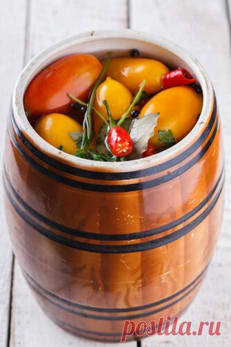 """Быстрые мариновые помидоры Натолкнулась на этот рецепт очень давно,отправила его в закладки...и тут прикупила помидор таких в форме """"сливок"""",то что я люблю на засолку...заглянула в закладки а тут ОН ...спасибо автору рецепт потрясающий! Прекрасная закуска, и не менее прекрасная добавка к любому гарниру,хотя мне они так…"""