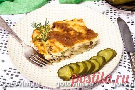 Картофельная запеканка с мясным фаршем и маринованными огурцами.