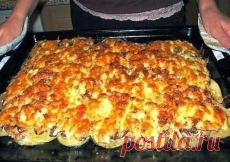 """Мясо по-французски"""" из куриного фарша.Безумно вкуснo!! Быстро, легко и ОЧЕНЬ вкусно! Рецепт совсем простой. !!  Ингредиенты: Фарш куриный — 300 Грамм Шампиньоны — 500 Грамм Луковица — 2-3 Штук Сыр — 300 Грамм Картофелина — 3-5 Штук Соль, перец — - По вкусу Количество порций: 3-4  Приготовление: 1.Лук чистим, нарезаем тонкими кольцами и выкладываем на слегка смазанный маслом противень. 2.Картофель чистим, нарезаем тонкими ломтиками и выкладываем на лук. 3.Картофель солим и ..."""