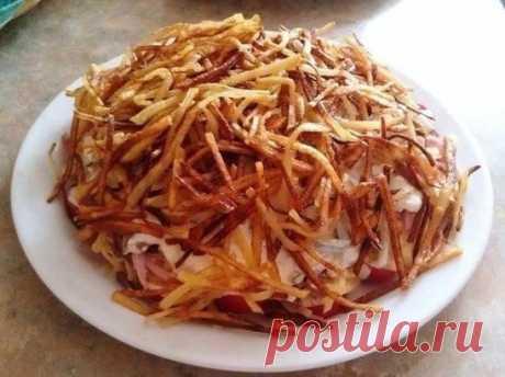 """Слоёный салат """"Блондинка"""" Ингредиенты: • картофель 3 штуки • помидоры черри 200 грамм • ветчина 150 грамм • сыр твердый 150 грамм • майонез • сметана 2 ст.ложки. • 2 зубчика чеснока • растительное масло для фритюра Приготовление: Картофель чистим и трем на корейской терке (либо тонкой соломкой) . Промываем проточной водой лишний крахмал и обсушиваем на бумажных полотенцах или салфетках. Подсушенный картофель обжариваем порциями размером с горсть во фритюре либо на сковородке с большим количе"""