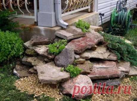 Зачем класть камни под водосток? Многие сегодня сооружают нагромождение из камней под водосточной трубой. Это не просто альпийская горка. Камни в данном случае выполняют сразу несколько функций. Давайте вместе подробно изучим этот вопрос! Первое - камни защищают грунт от вымывания...