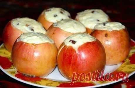 Печеные яблоки с творогом.   Печеные яблоки с творогом настолько элементарное блюдо, что приготовить их может даже ребенок или очень далекий от кулинарии человек. Десерт этот полезный и низкокалорийный, подходит для детского питание после одного года и диетического стола. Вам потребуется: Яблоко — 6 шт. Творог — 150 г. Желток яичный — 1 шт. Показать полностью…