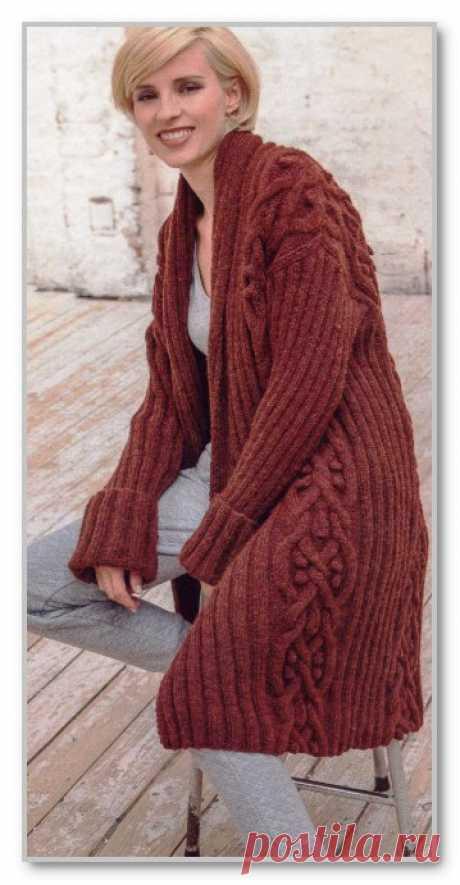 Вязание спицами. Описание женской модели со схемой и выкройкой. Однотонный удлиненный кардиган в резинку и с рельефными узорами. Размеры: M (L)