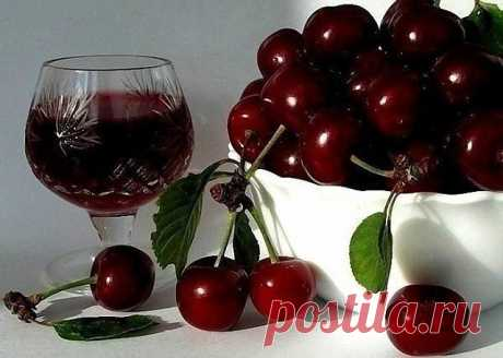 ГОТОВИМ НАЛИВКУ «ЧЕТЫРЕ НА ЧЕТЫРЕ»  4 стакана сахара 4 стакана воды 4 стакана ягод 4 стакана водки Сахар заливаем теплой кипяченой водой, чтобы он не осел на дно, а разошелся равномерно. Затем засыпаем мытые и обсушенные ягоды целиком, не размятыми. Фейхоа – единственная ягода, которую нужно нарезать половинками, а если крупная, то и четвертинками. Теперь остается добавить водку и запастись терпением. Это количество жидкости переливаем в стеклянную банку (должно впритык хв...