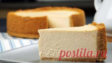 Достаю ряженку из морозилки и режу на куски: вскоре получается оригинальный торт