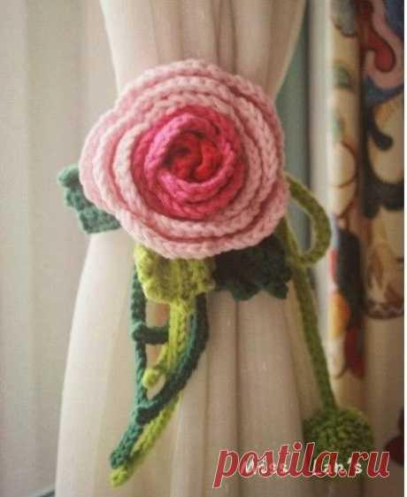 Вязаный подхват для штор в виде цветка розы