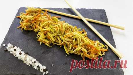Кабачки по корейски - закуска из кабачков всего за 5 минут Классная закуска из кабачков за 5 минут - кабачки по корейски. Можно заготавливать на зиму, готовить салаты и подавать даже на праздничный стол.СМОТРИТЕ ТАКЖЕ:  ▶ Рецепты из кабачков ▶ Летние рецепты  Ингредиенты:  Кабачок - 1 шт. Морковь - 1 шт. Растительное масло (лучше кунжутное) - 2...