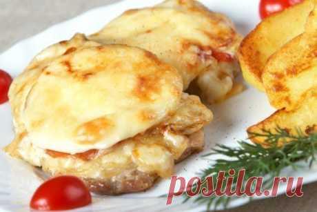 ТОП-6 рецептов мяса по-французски: 1. Мясо по-французски с помидорами Ингредиенты: Свиная шейка — 700 г Лук — 1–2 шт. Помидоры — 3–4 шт. Сыр — 200 г Майонез — 100 г Соль, перец — по вкусу Зелень — по вкусу Приготовление: 1. Свинину отбиваем через полиэтиленовую пленку. Солим, перчим, добавляем специи по вкусу. 2. В противень для запекания или форму наливаем растительное масло и выкладываем отбитые кусочки свинины. Лук нарезаем кольцами или полукольцами и, не разделяя его, выкладываем на мясо.…