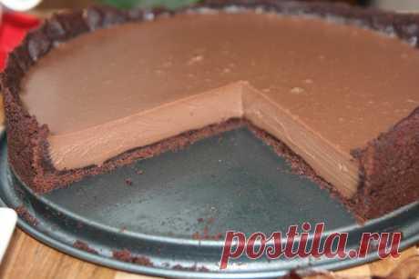 """Самый популярный десерт в кафе и ресторанах - """"Шоколадный тарт""""! - appetitno.net Тарт с шоколадной начинкой очень прост в приготовлении, нежен, с ярко выраженным сливочным вкусом, который просто тает во рту. Вкус шоколадной начинки очень похож на шоколадный пудинг. Французский десерт по своей сути, ничто иное как, открытый пирог с шоколадной начинкой и коржом из песочного теста. Ингредиенты: – 125 гр сливочного масла; – 60 гр сахара; – 2 ст. л. ванильной эссенции; – 125 гр..."""