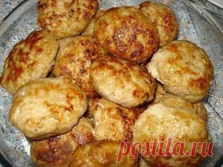 """ЛЮБИМЫЕ """"СЕКРЕТНЫЕ"""" КОТЛЕТКИ Ингредиенты:  1-1,5 кг фарша (у меня свинина+говядина)  3-4 средних картошины ( сырые )  3-4 луковицы  1 булочка (или белый хлеб)  1 яйцо  молоко  соль , перец , горчица , растит. масло Приготовление: Картофель и лук измельчить в блендере (можно пропустить через мясорубку).Булочку (хлеб) разломать на кусочки и замочить в молоке , чтобы они полностью были им покрыты . Дать хлебу набухнуть , впитать в себя жидкость. Не отжимая молоко добавить хлеб в фарш , я"""