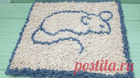 Пушистый коврик без вязания Уникальная, предельно простая техника позволяет создать мягкий, пушистый коврик даже тем, кто не умеет вязать и не имеет навыков плетения. Это покажется невероятным, но рисунок, количество цветов и да...