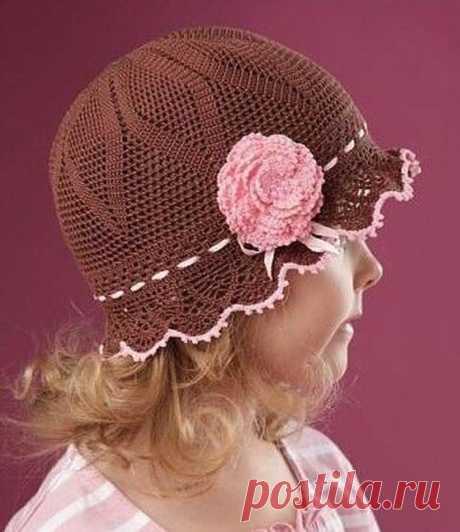 Изящная шляпка для девочки (Вязание крючком) Изящная шляпка связана из остатков шоколадной и розовой хлопковой пряжи крючком №1. Работа начинается с макушки по схеме №1, Начинаем! Набираем цепочку из 8 в. п., замыкаем в кольцо Далее вяжем в к…