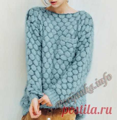Голубой пуловер спицами.