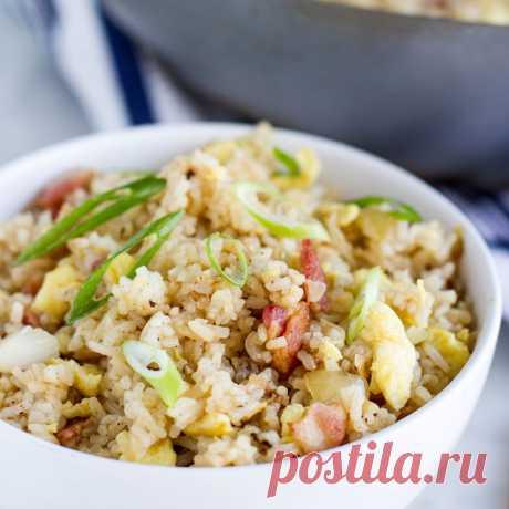 Жареный рис с беконом и яйцом — Sloosh – кулинарные рецепты