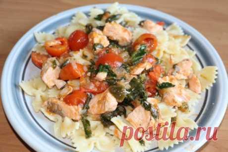 Фарфалле с сёмгой, шпинатом и помидорами черри рецепт с фото - Приглашаем к столу