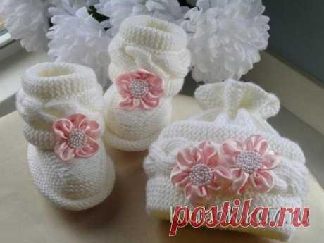 Очень милые пинетки - ботиночки для малыша  Набираем на спицы 22 петли и вяжем следующим образом  9 петель платочной вязкой(лицевыми и по лицу и по изнанке) Показать полностью…