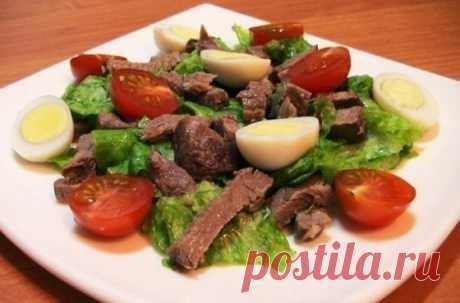 La ensalada con la carne de vaca, los tomates y los huevos.