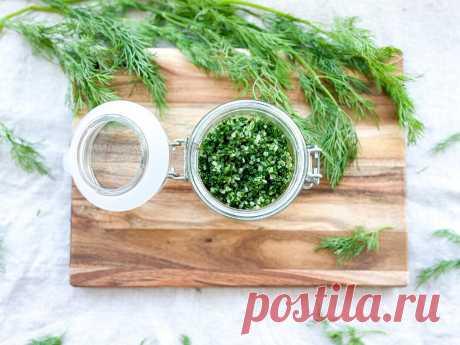 Пока ещё есть свежая зелень, тороплюсь заготовить укроп на зиму (просто смешиваю с солью и потом придаю блюдам «дорогой» вид)   Сладкий Персик 🍑   Яндекс Дзен