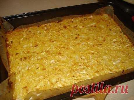 """""""Лохматый"""" капустный пирог Ингредиенты: капуста белокочанная – 1 кг., крупа манная - 200 гр., маргарин - 200 гр., молоко 200 гр., яйцо – 2 шт.,сахар - 1 ч. ложка, соль - 2 ч. ложки. Манную крупу залить молоком, дать постоять минут 15-20. вбить яйца,добавить растопленный маргарин и сахар, все хорошо перемешать. Капусту нашинковать (у меня как всегда все уже покрошено), посолить, размять руками до появления сока и соединить с тестом. Перемешать. Выложить полученную массу на ..."""