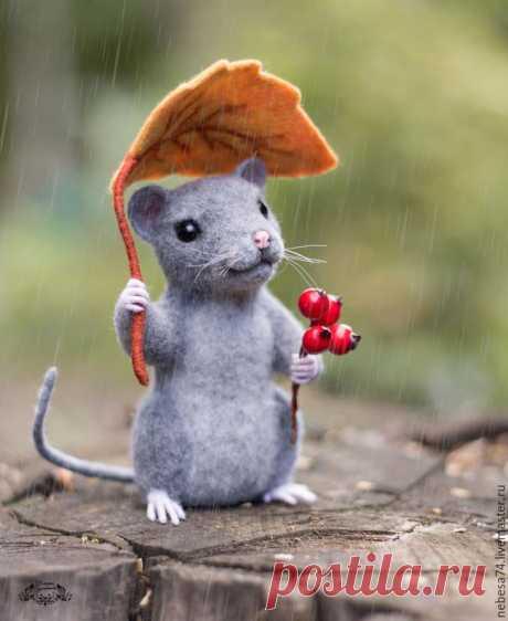 Потрясающий валяный мышонок Представляю вашему вниманию мастер-класс по валянию мышонка, укрывшегося под осенним листиком от дождя.Материалы и инструменты, которые нам понадобятся:кардочес серого цвета, лента темно-серого и свет...