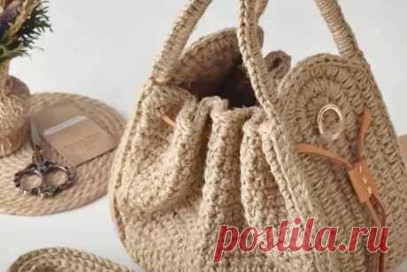 """Как связать сумку из джута крючком Сумку новую на лето надо? Конечно! В жаркие дни нет ничего лучше сумочек из натуральных материалов, ткани, соломки, джута. А уж как здорово подобные сумочки смотрятся с летними сарафанами и говорить не нужно. Вяжем? Обязательно! Урок по вязанию сумочки из джута, что вы видите на фотографии, подготовила автор канала """"Валентина"""