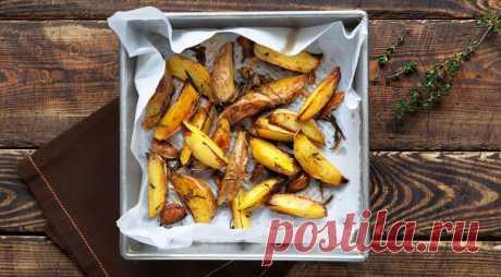 Запеченный картофель с пряными травами - ПУТЕШЕСТВУЙ ПО САЙТУ. Это так просто и так вкусно. Приготовить сможет каждый, а результатвсегда замечательный. Только старайтесь выбирать нужный сорт картошки, чтобы она не была чересчур крахмалистой и водянистой. ИНГРЕДИЕНТЫ 1 кг картофеля с тонкой кожицей (лучше, чтобы было написано «для запекания») 3 зубчика чеснока 4 веточки тимьяна 1 веточка розмарина 6 ст. …
