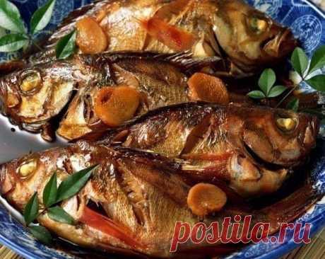 Рыба в духовке - 3 лучших рецепта   1. Рыба, запеченная в фольге в духовке  2. Рыба с картошкой в духовке 3. Рыба с овощами в духовке  1. Рыба, запеченная в фольге в духовке   Фольга – отличное изобретение человечества – защищает пищевое сырье, как посуда, но не имеет отрицательных сторон. Фольга не окисляется, она компактна, легка, сохраняет полезные вещества в продукте, обеспечивает непревзойденный аромат рыбному блюду без всякого дополнительного вмешательства. Для данно...