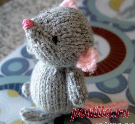 Вязаная игрушка: мышка спицами