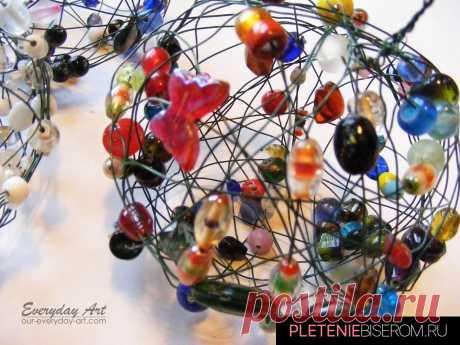 Оригинальные новогодние шары из бисера и бусин, схемы плетения которых предлагаем в этом уроке, сделают вашу ёлку неповторимой.