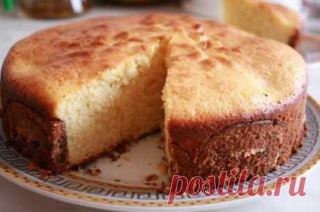 Бисквит (быстрый способ приготовления)  Бисквит приготовленный быстрым способом чуть плотнее по структуре, чем классический. Он идеально подойдет для таких тортов как «Птичье молоко», «Киевский», «Тирамису»… Ингредиенты: 5 яиц, 5 ст. ложек сахара, щепотка лимонной кислоты 1 ст. ложка крахмала, 4 ст. ложек муки. Шаг 1. Отбейте яйца в миску, добавьте сахар и лимонную кислоту. Шаг 2. Взбейте миксером яйца с сахаром до увеличения в объеме в 3 раза. Шаг 3. Смешайте муку с крахмалом и постепенно