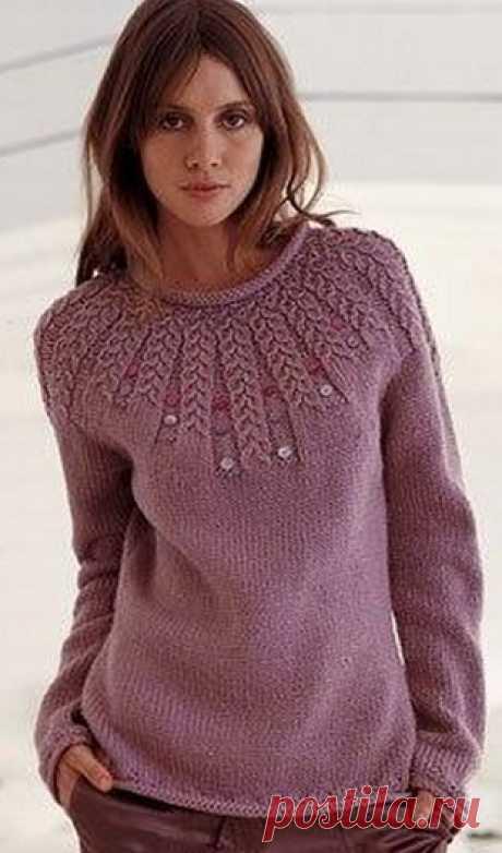 Пуловер с круглой кокеткой спицами.
