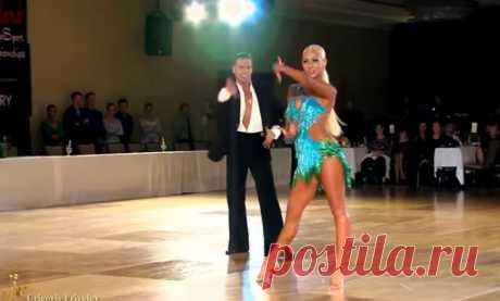 Умопомрачительный танец! А от изгибов девушки просто невозможно оторвать взгляд…