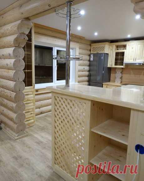 Кухня из массива сосны в доме из бруса