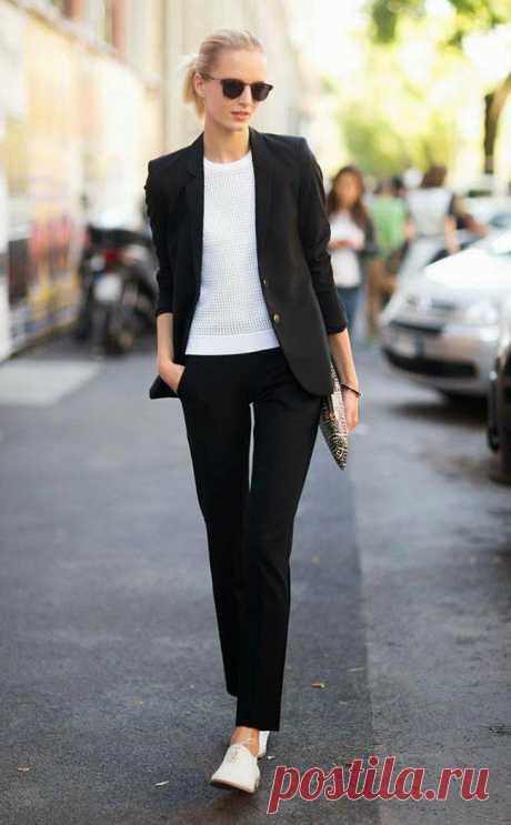 Как носить кроссовки на работу: 10 стильных образов для вдохновения - Икона стиля