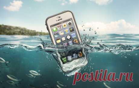 Как спасти телефон, в который попала вода