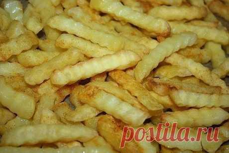 Картофель фри в духовке   Ингредиенты:  - 1 кг картофеля  - 1 ч.л растительного масла  - 1 ч.л. соли  - 1 щепотка красного молотого перца   Приготовление:  1. Предварительно разогрейте духовку до 230 С. Очистите картофель и нарежьте небольшими брусочками.  2. В большой емкости перемешайте картофель с растительным маслом, солью и молотым перцем. Разложите на противне.  3. Запекайте в течение 30 минут в предварительно разогретой духовке, пока картофель не станет нежным и не подрумянится.