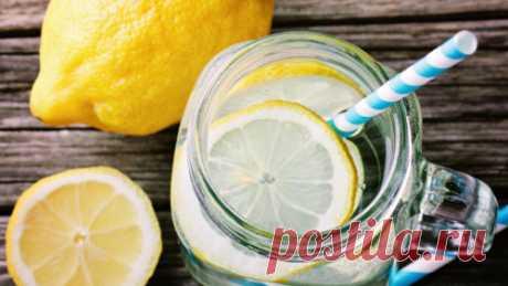 Почему важно выпивать стакан воды с лимоном утром: 5 причин