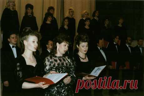 Муниципальный камерный хор под руководством Светланы Синдиной в авторском концерте Владимира Сидорова в большом концертном зале Магнитогорской консерватории 5 мая 1998 года.