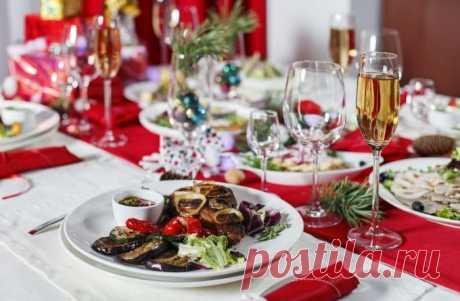 Салаты на Новый год 2020: рецепты, простые и вкусные, какие можно приготовить, легкие, без майонеза, фруктовые, овощные, мясные, с рыбой, морепродуктами, видео Какие приготовить салаты на Новый год 2020. Рецепты приготовления с фото новогодних салатов без майонеза и мяса, слоеных, овощные, фруктовые, мясных, рыбных и с морепродуктами. Видео приготовления 3 салатов на Новый год. Как приготовить салаты Новогодний переполох, Новогодний венок, Новогодняя сказка, классический рецепт оливье.